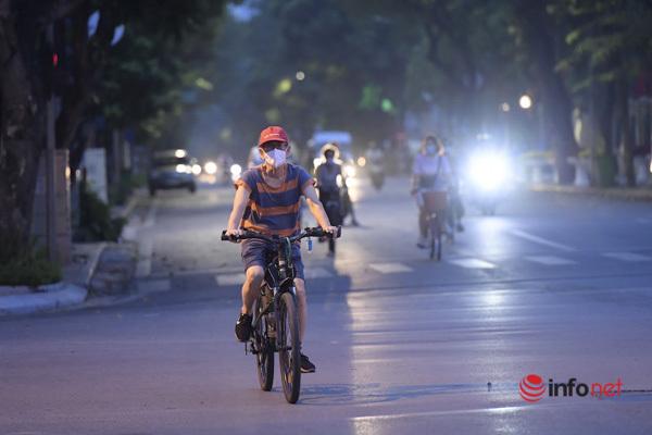 Hà Nội: Bờ Hồ thành 'trường đua' xe đạp buổi sáng sớm