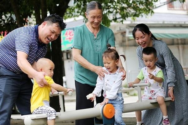 Được tặng tiền, nhiều cặp vợ chồng Trung Quốc tính chuyện sinh thêm con