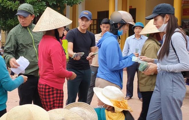 FC Thuỷ Tiên lên tiếng làm rõ nghi vấn 'cắt xén' 2 triệu đồng/hộ trong chuyến cứu trợ miền Trung