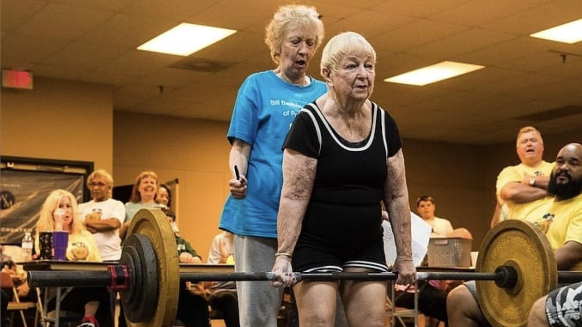 Cụ bà 100 tuổi lập kỷ lục trở thành VĐV nâng tạ lớn tuổi nhất thế giới, bí quyết khiến nhiều người bất ngờ