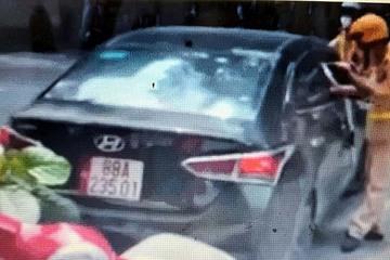 """Truy tìm tài xế lái xe ô tô húc CSGT ngã """"dúi dụi"""" xuống đường rồi bỏ chạy"""