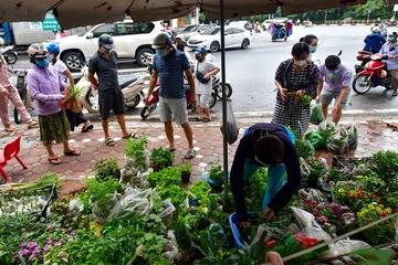 Cảnh trái ngược tại các phố kinh doanh ở Hà Nội