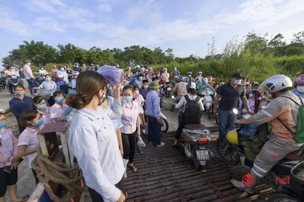 Nghìn người chầu chực chờ phà đi Vĩnh Phúc - Phú Thọ