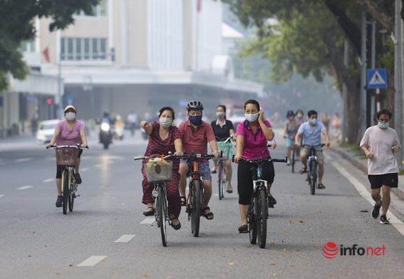 Hà Nội: Người dân nườm nượp ra đường tập thể dục sau 2 tháng ở nhà