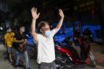 'Ổ dịch' Thanh Xuân Trung gỡ phong tỏa trong đêm, người dân vui sướng về nhà