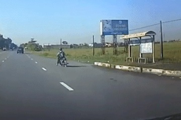 Xe máy 'quay ngoắt' khi gặp CSGT, tài xế ô tô phía sau xử lý tình huống thót tim