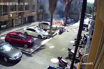 Đốt pháo ăn mừng ở bãi xe, không ngờ làm cháy luôn ô tô hàng xóm