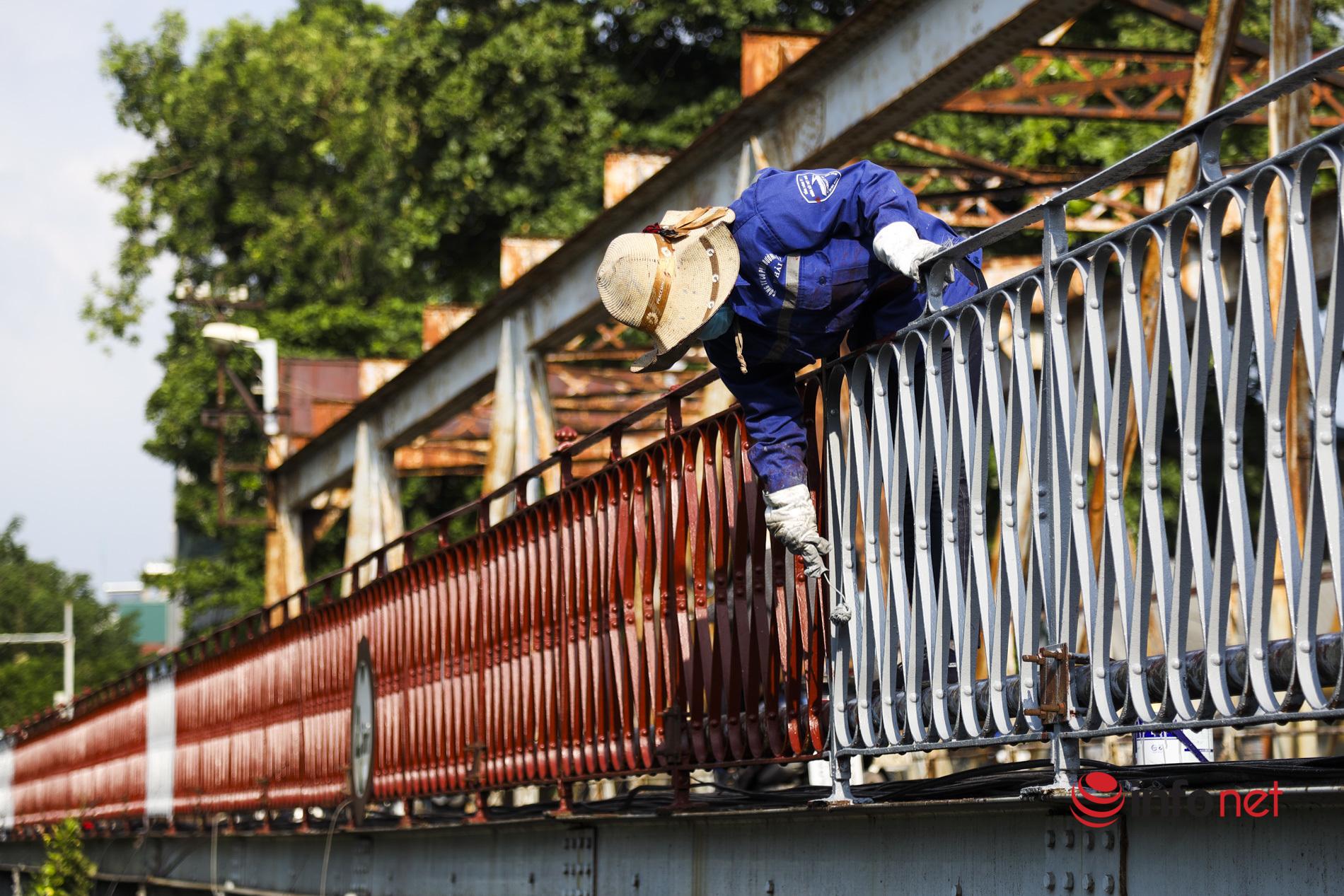 Công nhân sơn lại cầu Long Biên trong nắng gắt