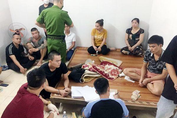 """Nghệ An: Đột kích trại gà """"khủng"""", bắt giữ 23 đối tượng"""
