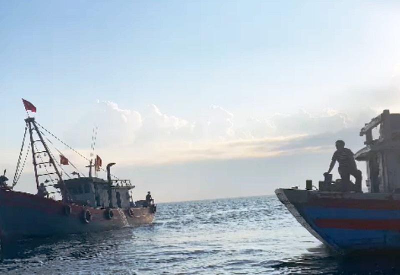 Tìm kiếm 2 người rơi xuống biển và lật thuyền mất tích ở Nghệ An