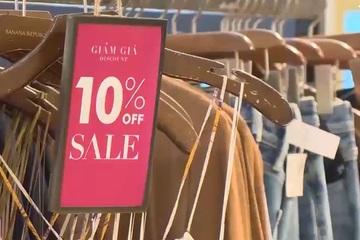 Người dân ở Hà Nội vẫn còn dè dặt khi đi mua sắm