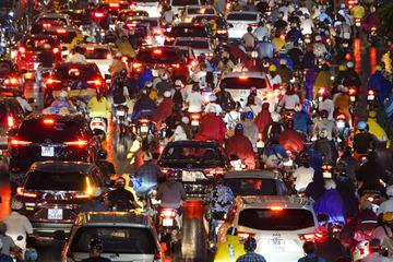 Hà Nội tắc đường kinh hoàng, người dân khổ sở đi làm về sau cơn mưa