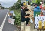 Cảm động 'Xăng 0 đồng: Bạc Liêu 2 chai, Cà Mau 3 chai' cho người đi xe máy về quê