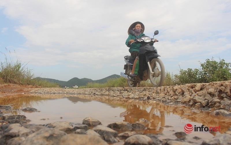 Nghệ An: Tỉnh lộ 538E 'nát như tương', người dân thót tim đi qua cầu sụt mố