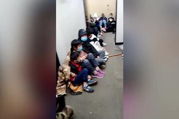Du khách ngồi la liệt trong nhà vệ sinh công cộng để chờ ngắm bình minh trên núi