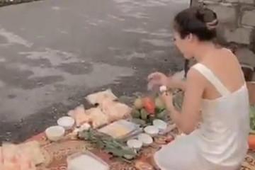 Xôn xao clip người phụ nữ cúng bái, thắp hương trước nhà 'con nợ'