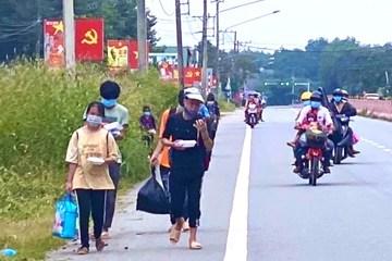 Đoàn người đi bộ từ Bình Dương về Nghệ An được tặng xe máy, đã về đến Đà Nẵng