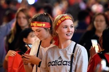 Hàng nghìn cổ động viên nước ngoài cổ vũ cho đội tuyển Việt Nam trong trận tối nay