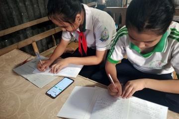 Hà Tĩnh: Tặng nhiều điện thoại, máy tính cho các em học sinh nghèo học trực tuyến