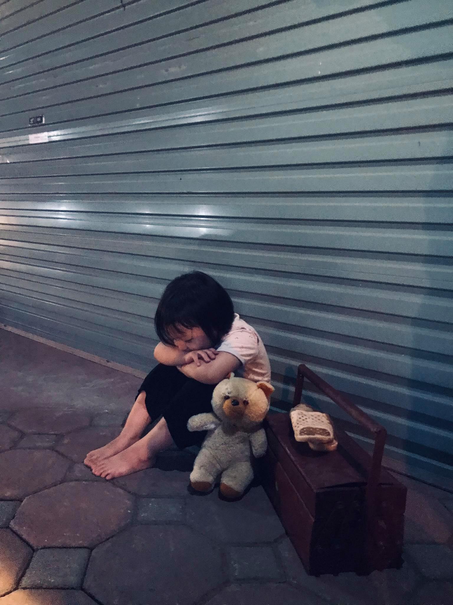 Nâng niu con gái 3 tuổi như ngọc ngà nhưng bà mẹ bất ngờ cho con hóa thân 'cô bé đánh giày'