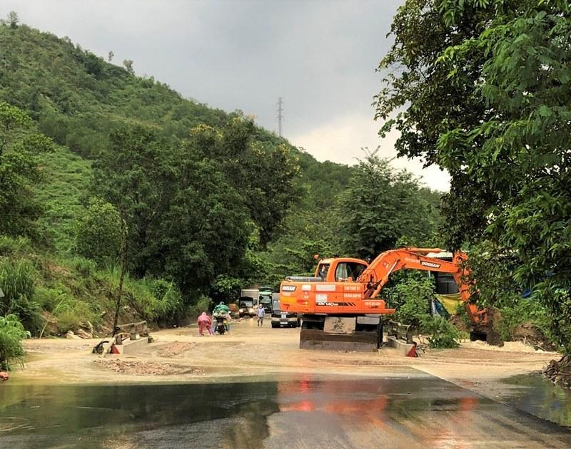 CSGT dầm mưa, lội nước lũ đẩy xe giúp đoàn người về quê qua đèo Lò Xo