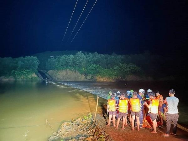 Quảng Trị: Cứu hộ thành công 3 thanh niên bị nước lũ cô lập hơn 15h lúc nửa đêm