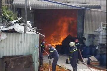 Cháy nhà xưởng ở TP.HCM, người dân ôm tài sản tháo chạy