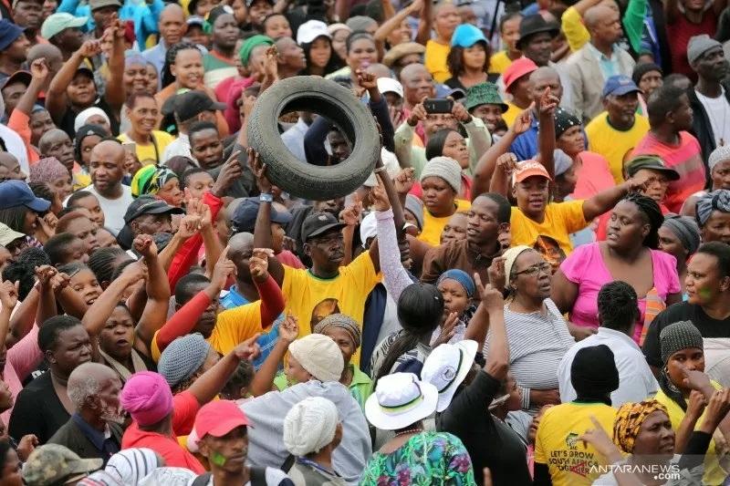 Lốp xe cũ trở thành 'vàng đen mới' ở châu Phi