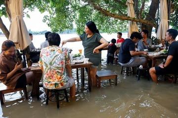 Thú vui kỳ lạ ngồi ăn trong quán thịt nướng giữa dòng lũ ở Thái Lan