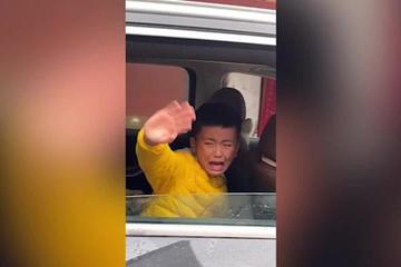 Hình ảnh cậu bé mếu máo ném tiền từ trong ô tô khiến người xem bật khóc