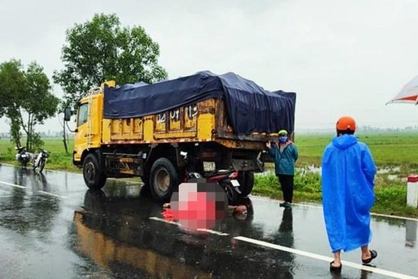 Tông vào đuôi xe tải, hai người thương vong