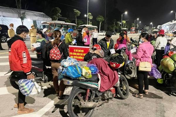 """Nhóm người Đan Lai đi bộ về Nghệ An được tặng xe máy: """"Về đến quê nhà em mừng lắm"""""""