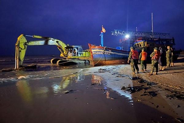 Tàu cá đứt neo, trôi dạt trên vùng biển Quảng Trị khi tìm đường tránh bão số 7 được cứu hộ thành công