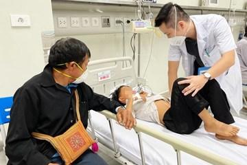 Lãnh đạo Sở Y tế Lào Cai thăm hỏi bệnh nhi ngộ độc quả Hồng Châu