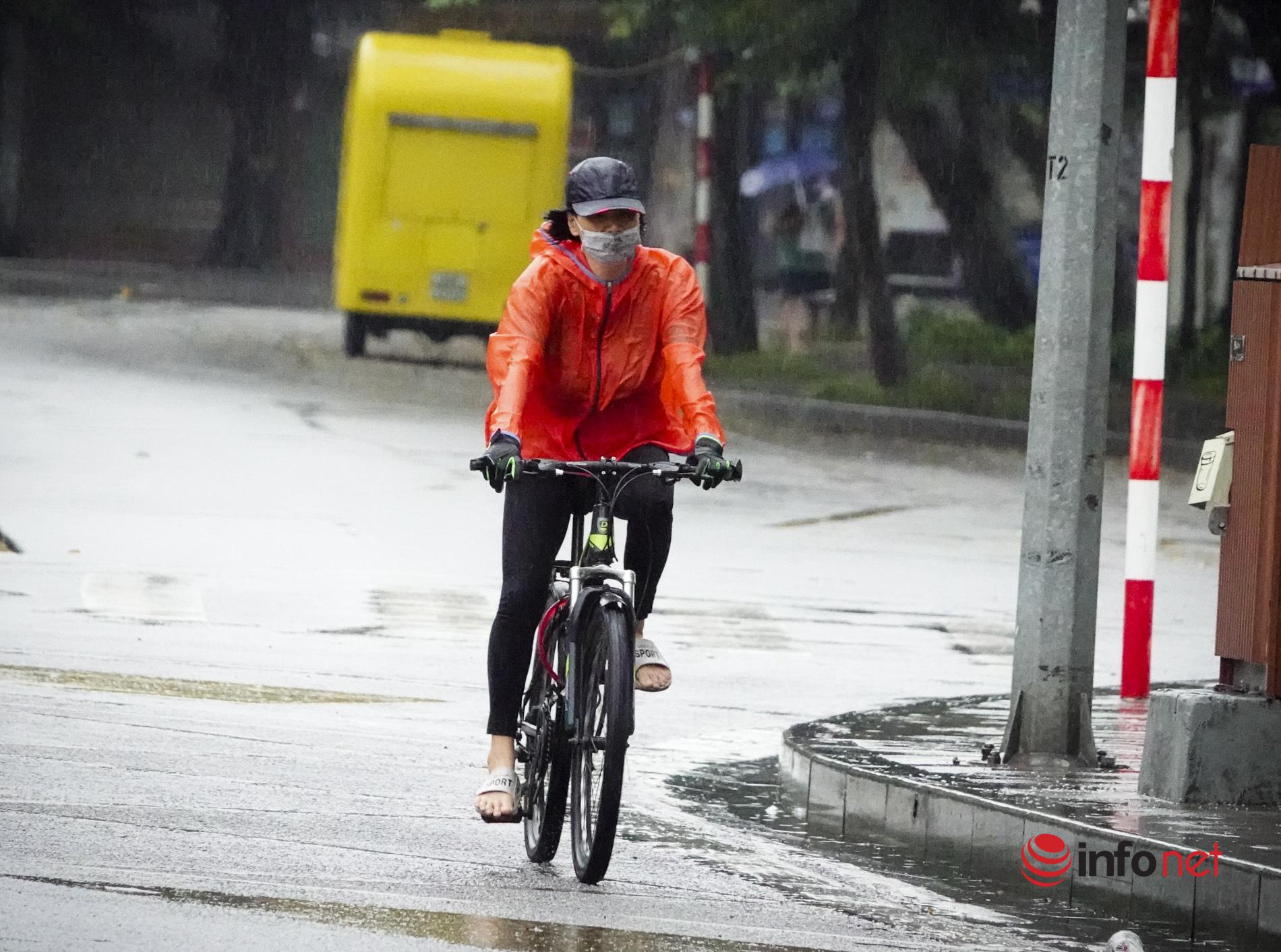 Đón không khí lạnh đầu mùa, người Hà Nội đội mưa, mặc áo ấm ra đường