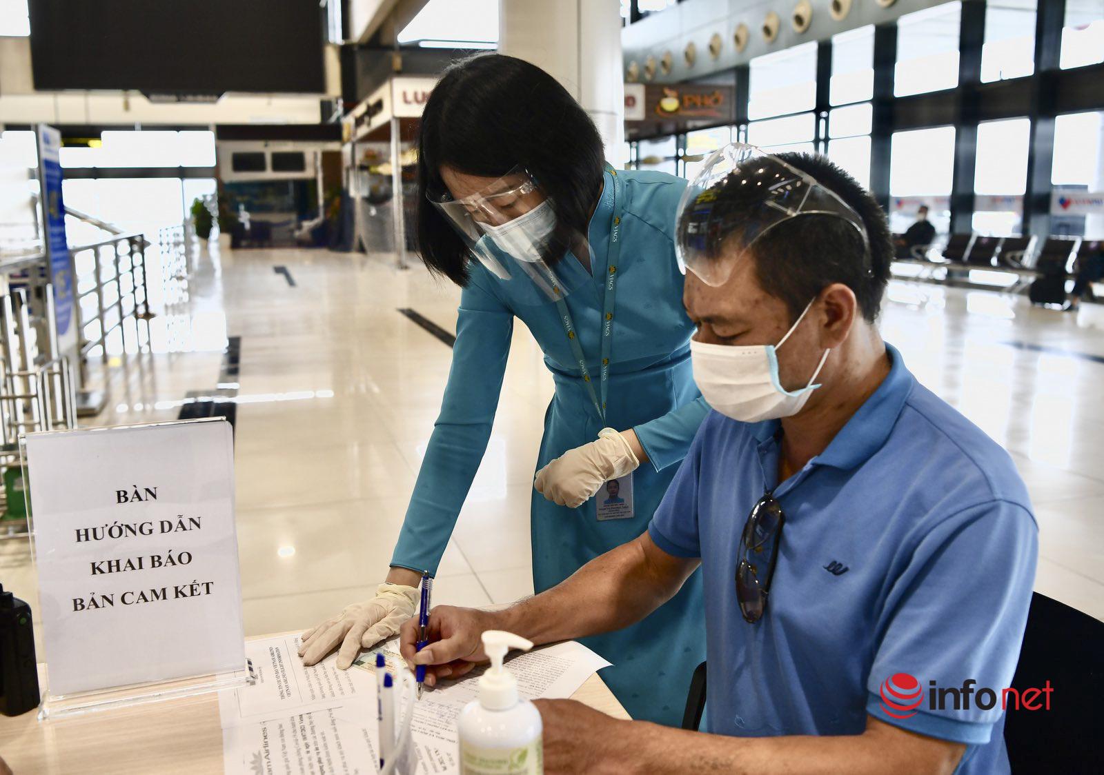 Những hành khách đầu tiên ở Hà Nội vui mừng ra sân bay trở về nhà sau nhiều tháng mắc kẹt vì dịch