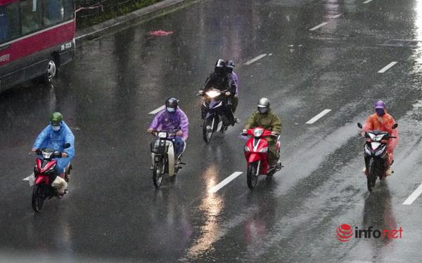 Đường Hà Nội tắc cứng 5 làn ô tô trong mưa ngập, chủ xe xoay xở tìm cách quay đầu để thoát