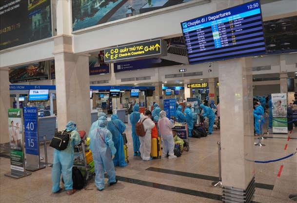 Hàng không đón khách trở lại, đi máy bay có cần mặc quần áo phòng hộ ngừa Covid-19?
