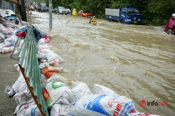 Đường gom đại lộ Thăng Long thành biển nước, la liệt xe chết máy quay đầu