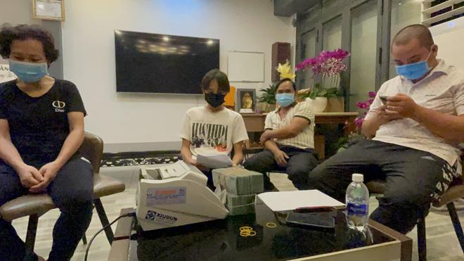 Quản lý cố ca sĩ Phi Nhung giao tiền cát xê, tặng thêm 500 triệu đồng cho Hồ Văn Cường và gia đình sẽ dọn ra riêng!