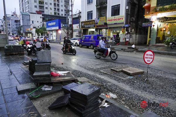 Hà Nội: Đường hơn 400m cải tạo 3 năm chưa xong, cứ mưa là có người ngã