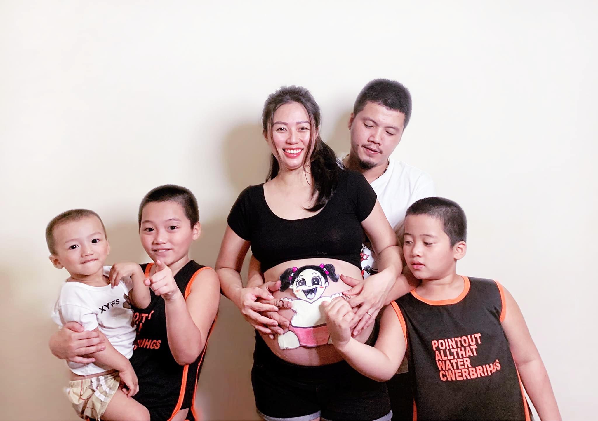 Loạt ảnh vui nhộn của gia đình 3 con trai bất ngờ 'ăn may' có công chúa út!