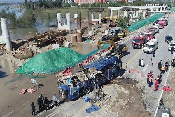 Trung Quốc: Xe buýt chở 51 công nhân đi qua cây cầu ngập trong mưa lũ, 13 người chết