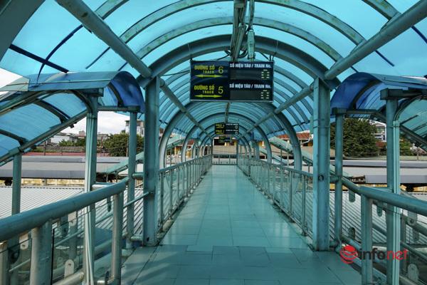 Người dân bị 'kẹt' háo hức ra ga Hà Nội mua vé tàu về quê nhà