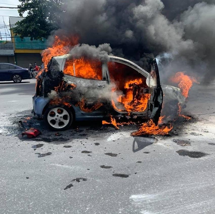 Hàng loạt ô tô bốc cháy giữa đường cực kỳ nguy hiểm: Lưu ý các dấu hiệu bất thường để phòng tai nạn