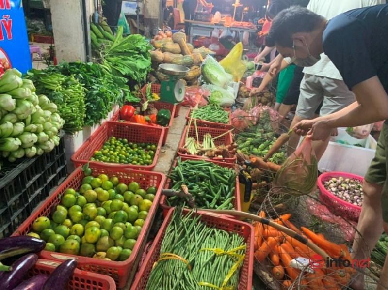 Hà Nội: Rau xanh tăng giá 'chóng mặt', đi chợ hoa mắt vì giá