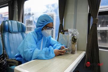 Lỉnh kỉnh hành lý rời Hà Nội về quê sau những ngày 'mắc kẹt', khách mặc đồ bảo hộ lên tàu