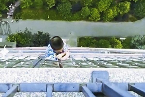 Chạy ra đỡ cậu bé ngã từ tầng 3, 'người hùng' bị vỡ đầu và gãy mũi