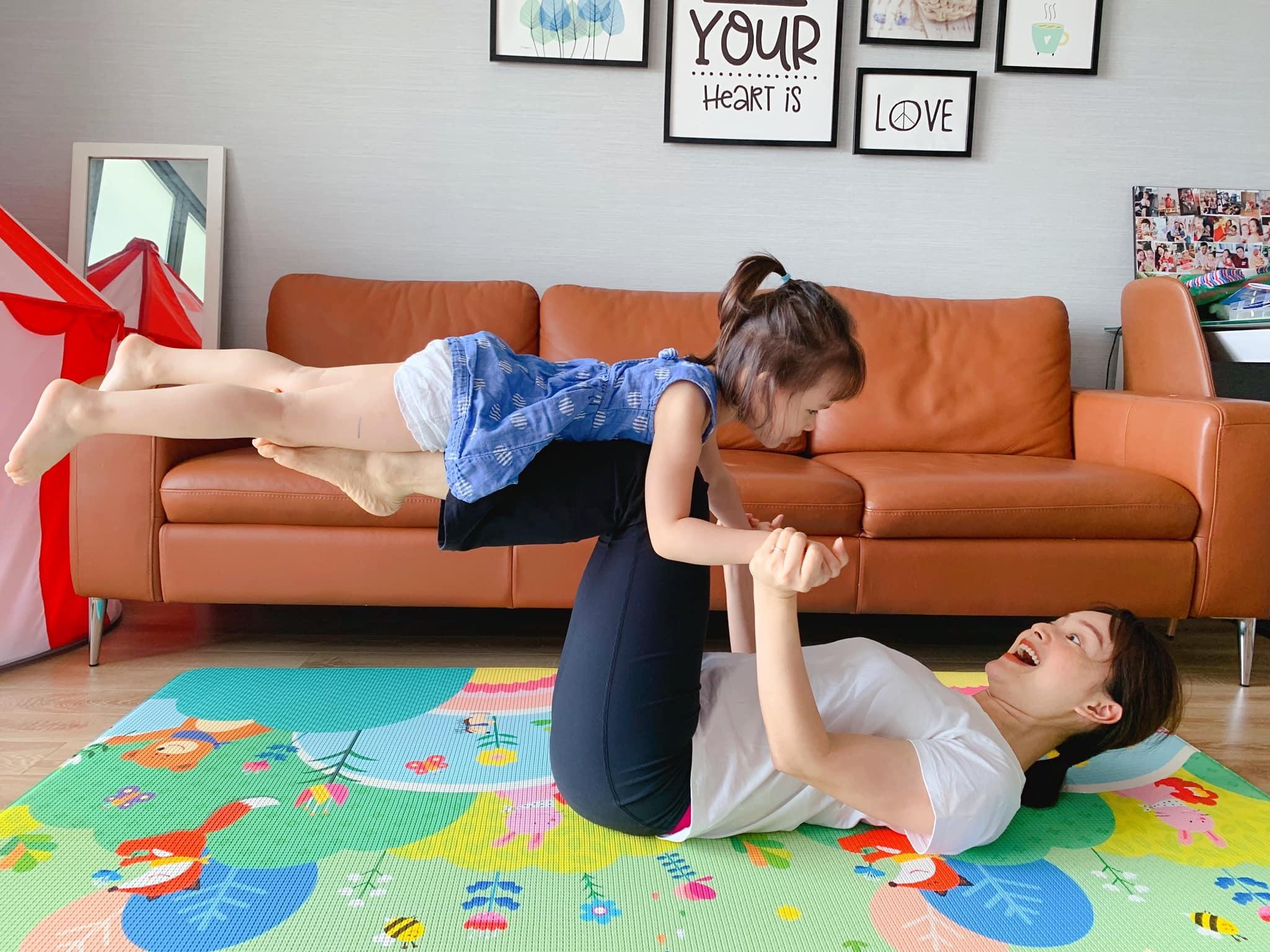 Lan Phương và con gái 3 tuổi 'khoe' động tác kết hợp khiến dân mạng trầm trồ