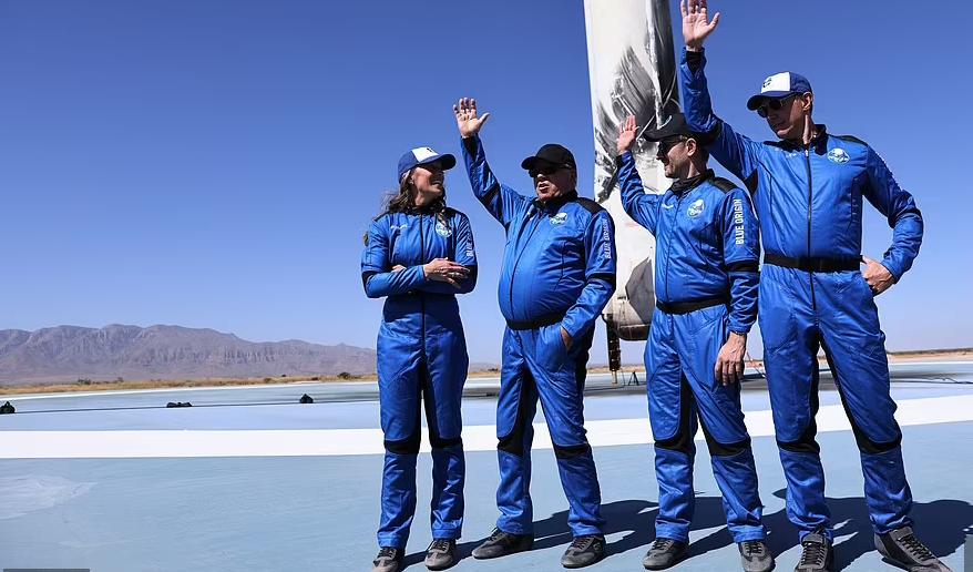 Người đàn ông cao tuổi nhất hoàn thành chuyến bay vào vũ trụ